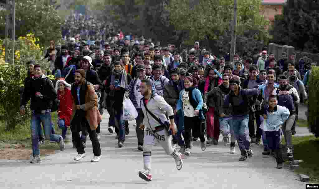Migrants run toward the Austrian border from Hegyeshalom, Hungary. (Reuters/Leonhard Foeger)
