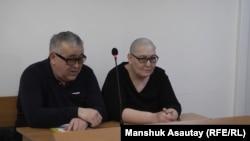Белсенді Дильнар Инсенова (оң жақта) мен адвокаты Сәбит Исабеков сотта отыр. Алматы, 9 қаңтар 2019 жыл.