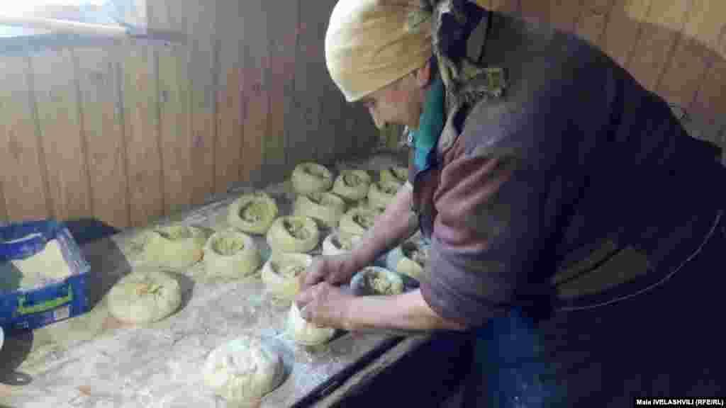 ბედის პურის ცომს მრგვალ ფორმას აძლევენ და შიგ ხურდას მალავენ. განსხვავებული რომ იყოს და სხვა პურში არ აირიოს, გუნდას ზემოდან ნახშირს ადებენ და ისე აცხობენ. ნაზი კოპაძე, ვალე.