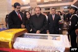 Вице-президент Венесуэлы Николас Мадуро, президент Никарагуа Даниэль Ортега с супругой и глава МИДа Венесуэлы Элиас Хауа у гроба