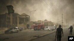 عناصر من الأمن العراقي يتفحصون موقع أحد الإنفجارات في كركوك