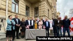 Лидеры двух десятков политических организаций устроили у здания Верховного суда презентацию меморандума о судебной реформе