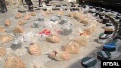 ავღანეთის პოლიციამ ათზე მეტი კილოგრამზე მეტი ნარკოტიკების კონფისკაცია მოახდინა. 2010 წლის 27 მარტი.