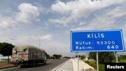 Rruga për në qytetin Kilis në Turqi, që ishte në shënjestër të sulmeve me raketa të hedhura nga Siria