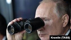 Президент России Владимир Путин на военных учениях