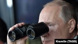Президент России Владимир Путин на военных учениях.