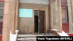Сот өтіп жатқан орынның кіре берісі. Алматы, 28 қаңтар 2014 жыл.