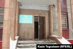 Вывеска Выездного суда специализированного межрайонного военного суда по уголовным делам у входа в северное крыло административного здания следственного изолятора СИ-18. Алматы, 28 января 2014 года.