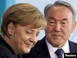 Германия канцлері Ангела Меркель (сол жақта) мен Қазақстан президенті Нұрсұлтан Назарбаев келіссөздерден кейінгі баспасөз мәслихатында отыр. Берлин, 8 ақпан 2012 жыл.