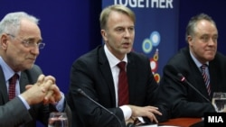 Известувач за Македонија во Европскиот парламент Иво Вајгл, амбасадорот на ЕУ во Македонија Аиво Орав и поранешниот известувач за Македонија во Европскиот парламент Ричард Ховит.