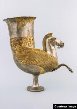 Сосуд в форме рога с протомой Пегаса. 4-ый век до н.э.