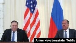 Mike Pompeo (solda) və Sergei Lavrov, arxiv fotosu