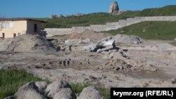 Будівельні роботи на пляжі Сонячний, Херсонес
