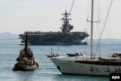 """Американский авианосец """"Джорж Буш"""" на рейде греческого порта Пирей"""