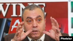 Armenia -- Former prime minister Hrant Bagratian at a press conference in Yerevan, 24Feb2010