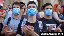 Участники акции протеста перед зданием парламента в Тбилиси