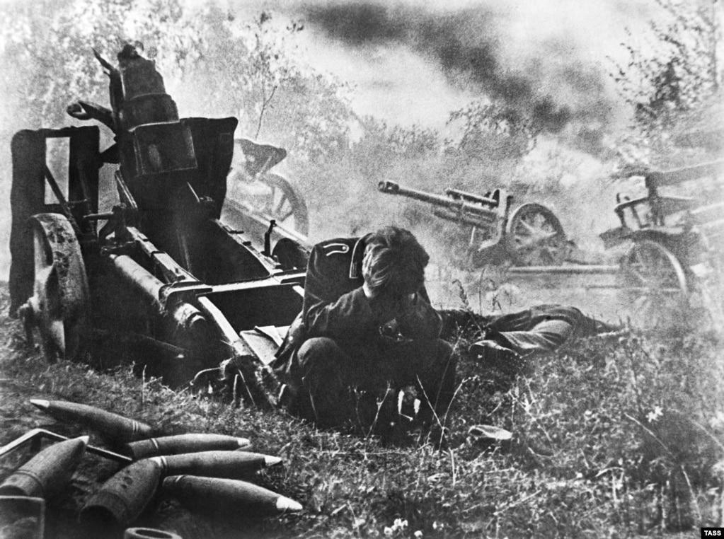 Але савецкім прапагандыстам здымак падаўся недастаткова добрым, і туды дадалі яшчэ гарматаў і снарадаў.