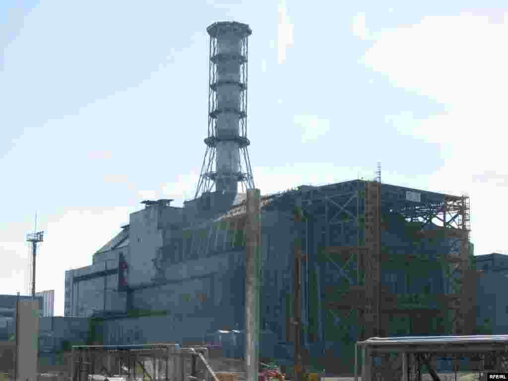 Укріплена західна стіна об'єкту «Укриття» четвертого реактора ЧАЕС. Нинішні конструкції розраховані на безпечну роботу протягом 20 років і будуть замінені на більш сучасні.