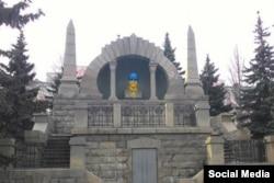 Розмальований в кольори українського прапора пам'ятник Леніну в Челябінську