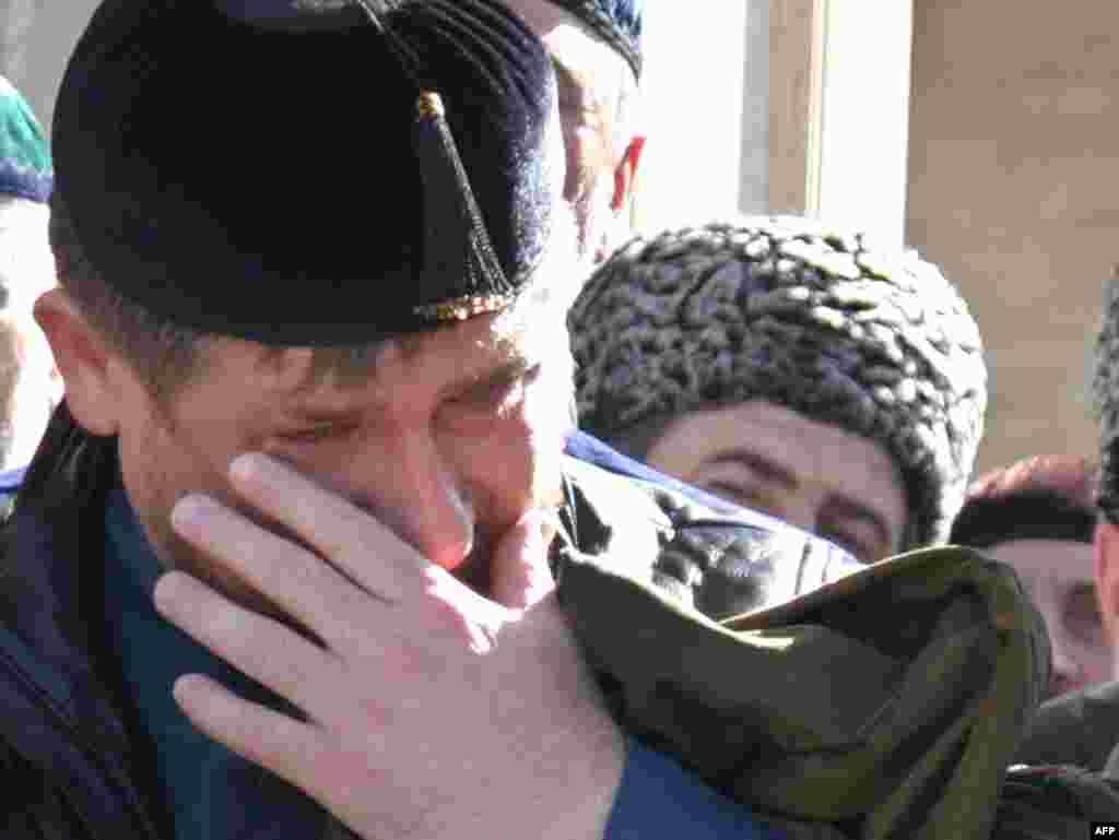 Čečenija - Predsjednik plače - Predsjednik Čečenije, po mnogima, bezosjećajni dikaktor je pokazao i svoje ljudsko lice. Ovdje plače na otvaranju džamije u selu Kurchaloi.