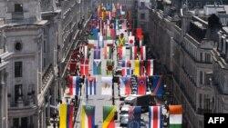 Флаги стран - участниц Олимпиады на Риджент-стрит в Лондоне. 16 июня 2012 г