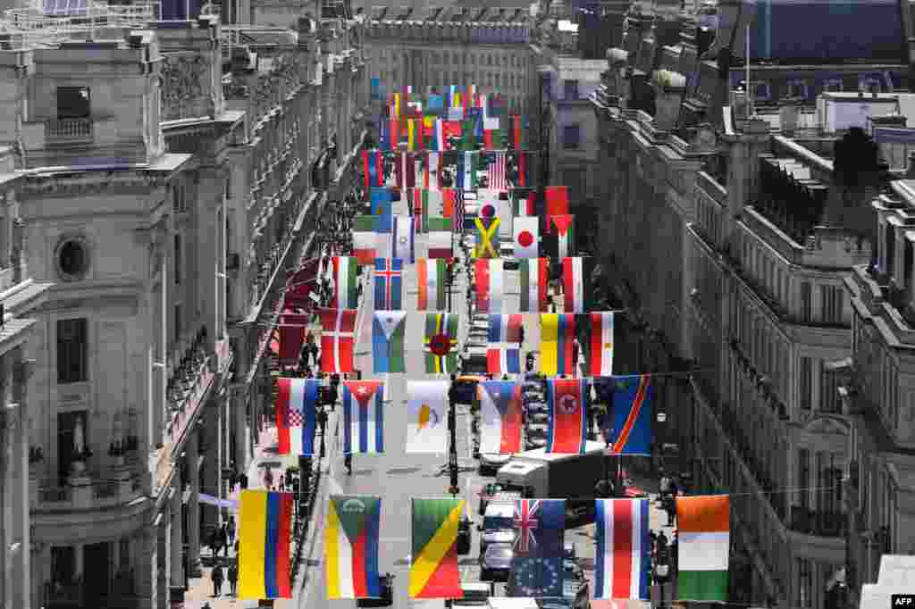Олимпия уеннарында катнашачак илләрнең әләмнәре Лондон үзәгендәге Риджент урамында эленгән