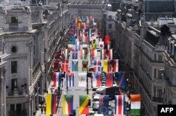B.Britaniya - London Olimpiadasında iştirak edən ölkələrin bayraqları nümayiş olunur, 15 iyun