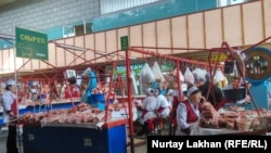 Мясные ряды на Зеленом базаре в Алматы. 23 мая 2019 года.
