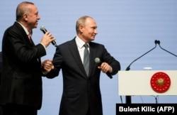"""Реджеп Эрдоган и Владимир Путин на церемонии окончания прокладки по дну Черного моря подводной части """"Турецкого потока"""". Стамбул, 19 ноября 2018 года"""