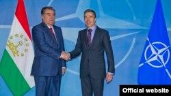Таџикистанскиот претседател Емомали Рамон и генералниот секретар на НАТО Андерс Фог Расмусен