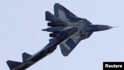 Российские истребители «Сухой T-50» в небе во время показательных выступлений. Иллюстративное фото.