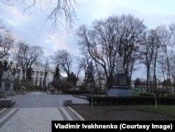 Памятник генералу Ватутину. Вдалеке виднеется здание Верховной Рады Украины