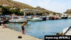 Балаклава: набережная, яхты и отдыхающие (фотогалерея)