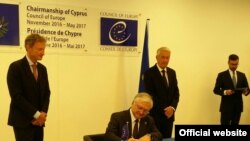 Кипр -- Исполняющий обязанности министра иностранных дел Армении Эдвард Налбандян подписывает Европейскую конвенцию о правонарушениях в отношении культурных ценностей, 19 мая 2017 г.