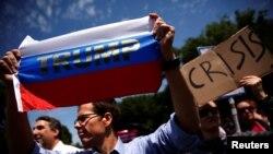 Demonstranti protestuju ispred Bele kuće zbog Trampove odluke da smeni direktora FBI-ja Džejmsa Komija, Vašington, 10. maj 2017.