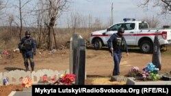 Саперы Службы по чрезвычайным ситуациям проверяют кладбища Донецкой области