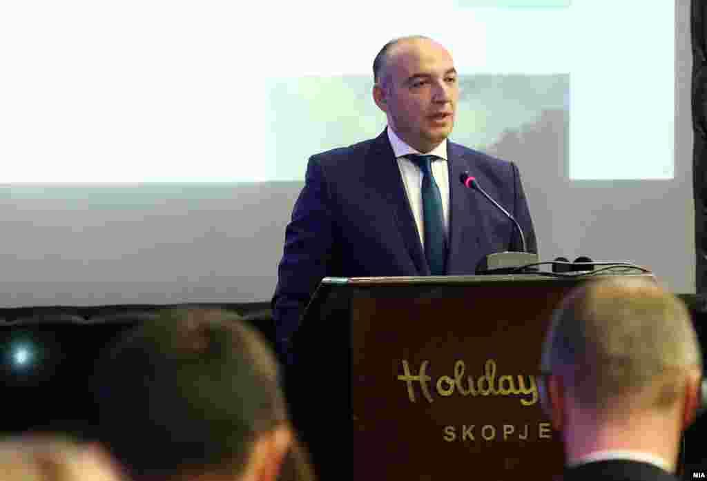 МАКЕДОНИЈА - Претседателот на Државната комисија за спречување на корупција, Игор Тантуровски поднесе оставка од функцијата. Обвинителството пред некој ден отвори истрага по објавениот ревизорски извештај на УЈП за работата на членовите на ДКСК. Во извештајот се наведени сомневања за исплата на фиктивни патни налози и трошења на буџетски пари.