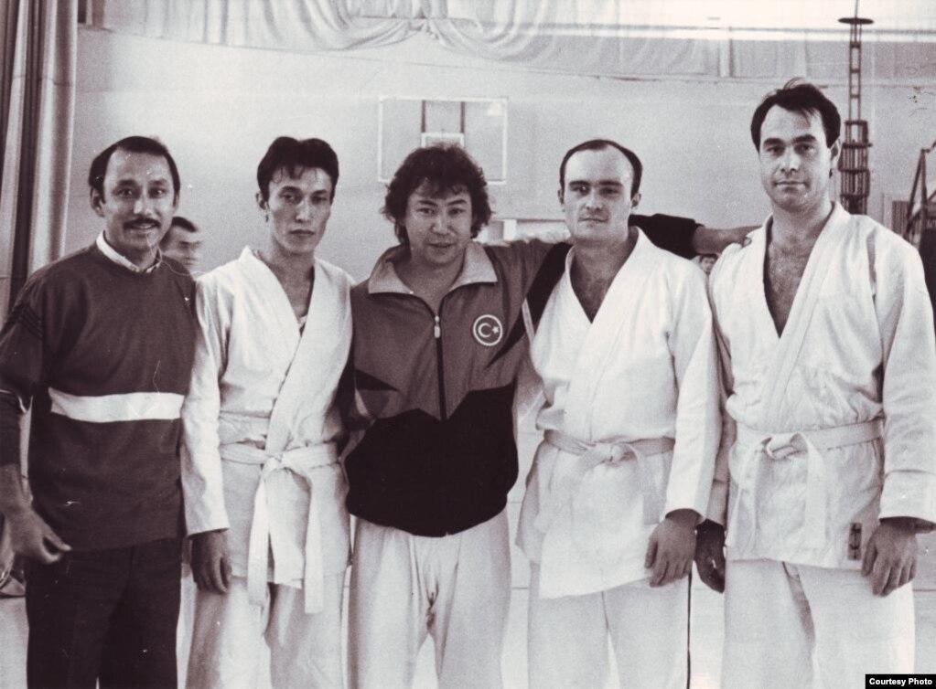 Мұстафа Өзтүрік шәкірттері мен журналистер ортасында. 1993 жыл.