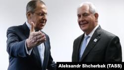 Министр иностранных дел России Сергей Лавров (л) и Госсекретарь США Рекс Тиллерсон