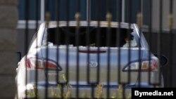 Выгаралы сьсярэдзіны ад «кактэйлю молатава» аўтамабіль на тэрыторыі расейскага пасольства.