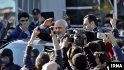 استقبال مردم از محمدجواد ظریف در تهران پس از اعلام توافق اتمی در وین