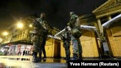 Сотрудники сил безопасности Бельгии на улицах Брюсселя после ноябрьской атаки экстремистов в Париже.
