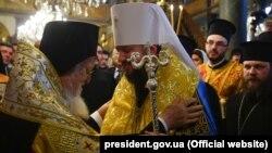 Вселенський патріарх Варфоломій (ліворуч) і глава Православної церкви України митрополит Епіфаній. Стамбул, 5 січня 2019 року