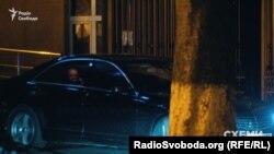 «Мерседес» із депутатом від «Народного фронту» Сергієм Пашинським виїжджає з території ГПУ. 9 лютого 2017 року