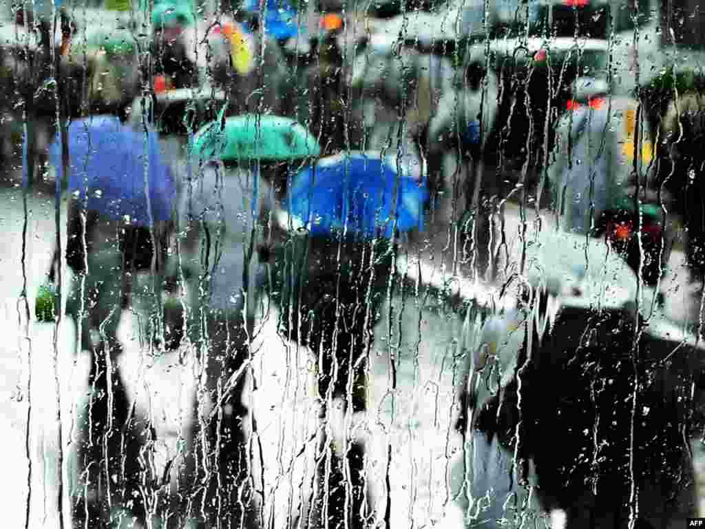 Дожди - атмосферные осадки, выпадающие из облаков в виде капель жидкости со средним диаметром от 0,5 до 6-7 мм