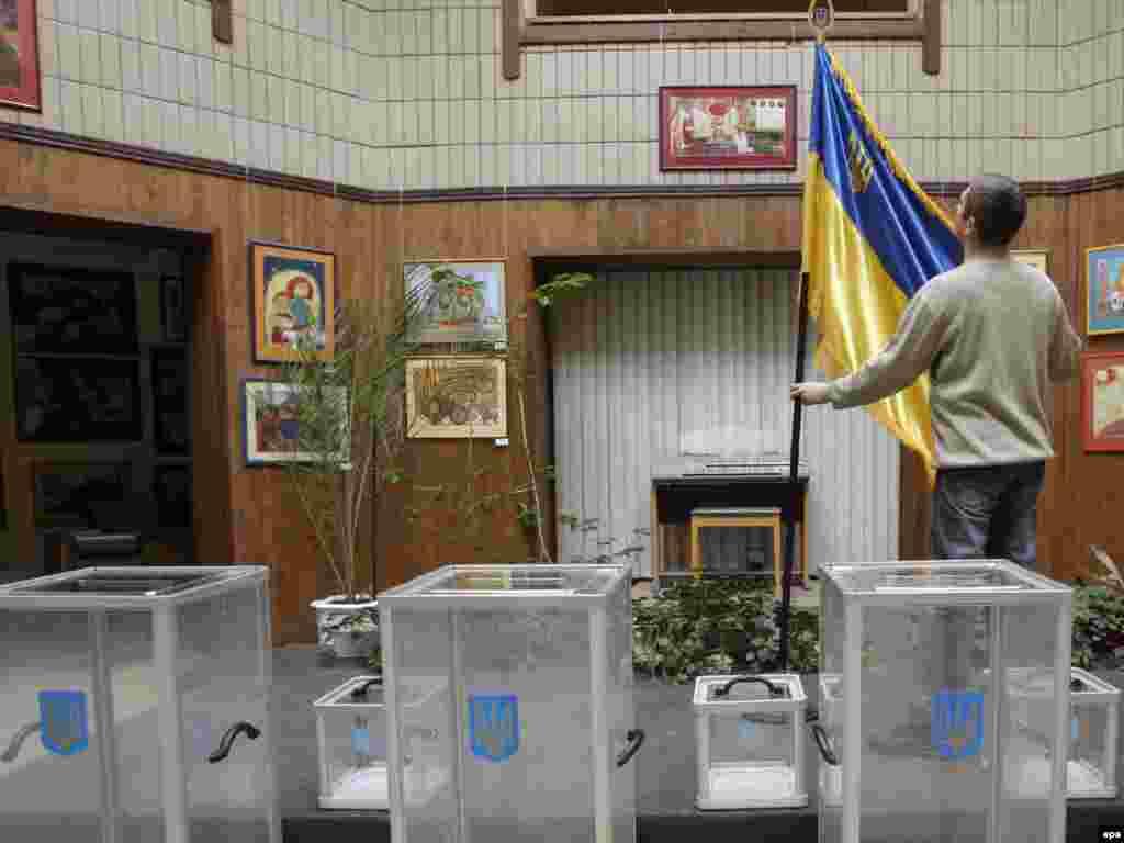 Працівник готує виборчу дільницю до голосування, Київ