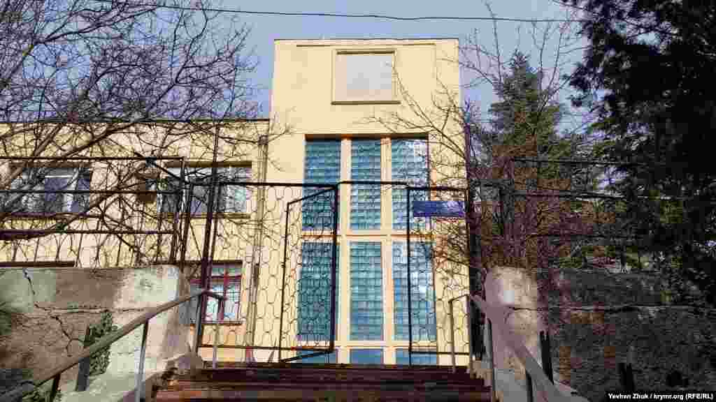 Дом номер 3 на улице 7 Ноября был построен в 1932 году для военно-морского водолазного техникума ЭПРОН на территории бывшего военного госпиталя. Стиль здания – советский конструктивизм. Левое крыло – двухэтажное, правое – трехэтажное. Широкие, так называемые «лежачие» окна, застекленные лестничные клетки