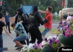 Полиция жасағы наразылық акциясына шыққандарды ұстап жатыр. Минск, 10 тамыз 2020 жыл.