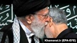 Али Хаменеи благословляет Касема Сулеймани. 2017 год