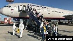 14-июнда Москва – Бишкек авиакаттамы менен Бишкекке келген мекендештер.